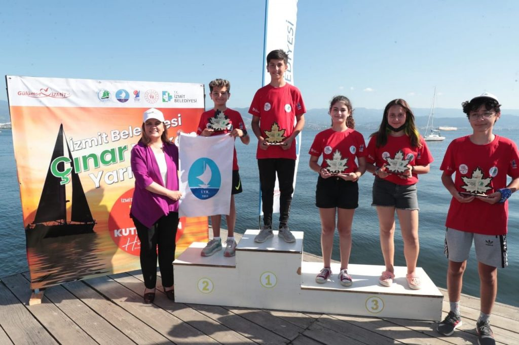 İzmit Belediyesi Yelken Yarışlarında sporculara ödülleri verildi